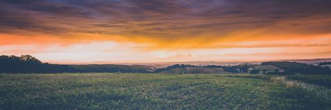 Raios de sol através das nuvens no clima de tempestade Imagem de Stock