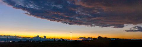 Raios de sol através das nuvens no clima de tempestade Fotos de Stock Royalty Free