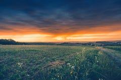 Raios de sol através das nuvens no clima de tempestade Fotografia de Stock