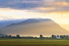 Raios de sol bonitos sobre as montanhas na noite imagens de stock royalty free