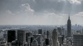 Raios de sol do centro e nuvens de NYC vídeos de arquivo