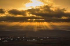 Raios de sol durante o nascer do sol da montanha Guanapay em Teguise, Lanzarote imagens de stock