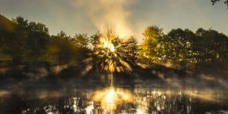 Raios de sol e rio úmido Fotografia de Stock