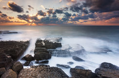 Raios de sol em uma praia isolada fotos de stock royalty free