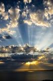 Raios de sol no por do sol Imagem de Stock