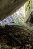 Raios de Sun da caverna da rocha foto de stock royalty free