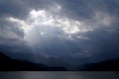 Raios de Sun no lago Fewa, Pokhara fotos de stock