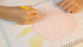 Raios do sol do desenho da criança, coloração da menina, crianças que fazem o ofício, educação das crianças video estoque