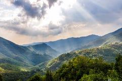 Raios do sol nas montanhas Foto de Stock Royalty Free