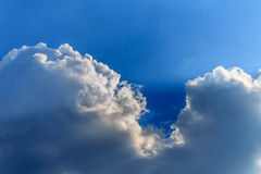 Raios do sol que quebra através das nuvens Fotos de Stock Royalty Free