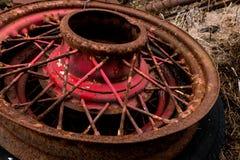 Raios e cubo automotivos antigos da roda do fio do vintage com pintura e oxidação vermelhas da casca foto de stock royalty free