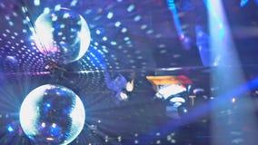 raios laser e névoa Multi-coloridos na continuação escura de um ponto video estoque