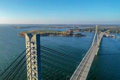 Raippaluoto, Finland - Oktober 14, 2018: Langste die brug van Finland in Raippaluoto met hommel op zonnige dag wordt gevangen stock foto's