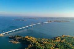 Raippaluoto, Finlandia - 14 de outubro de 2018: A ponte a mais longa de Finlandia em Raippaluoto capturou com o zangão no dia ens imagens de stock royalty free