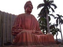 Raipur, Chhattisgarh, Indien - 7. Januar 2009 große rote Farbstatue von Swami Vivekananda Lizenzfreie Stockfotos