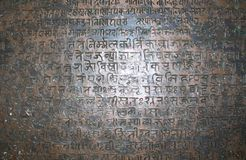 Raipur Chhattisgarh, Indien - Januari 7 2009 forntida vedic sanskritisk text arkivbild