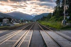 Rairoad-Bahnen in einem Bergdorf an der Dämmerung lizenzfreies stockfoto