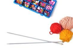 Rais pour tricoter, une boîte avec des accessoires sur un backgroun blanc Images libres de droits