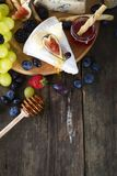Raisin blanc, pain, miel et fromage photos libres de droits