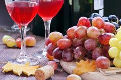 Raisin doux de différentes sortes et de vin rouge Image stock
