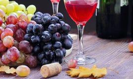 Raisin doux de différentes sortes et de vin rouge Photos stock