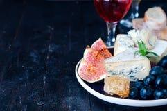 Raisin, fromage, figues et miel photos stock