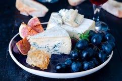 Raisin, fromage, figues et miel photographie stock libre de droits