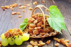 Raisin sec en panier en osier et raisins image libre de droits