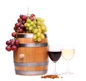 Raisin sur le baril, verres de vin, raisins secs photos libres de droits