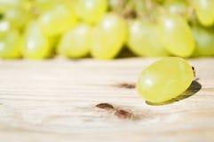 Raisins délicieux sur une table Photographie stock libre de droits