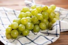 Raisins délicieux sur une table de cuisine Images libres de droits