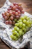 Raisins délicieux sur une table de cuisine Images stock