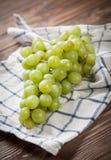 Raisins délicieux sur une table de cuisine Photos libres de droits