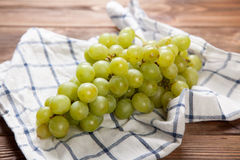 Raisins délicieux sur une table de cuisine Photos stock