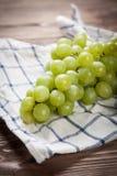 Raisins délicieux sur une table de cuisine Photographie stock