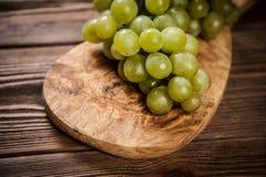 Raisins délicieux sur une table de cuisine Photo stock