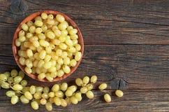 Raisins dans la cuvette image stock