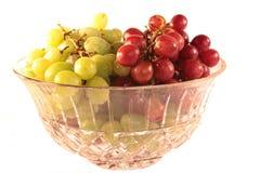 Raisins dans la cuvette en cristal d'isolement Photographie stock libre de droits