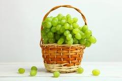 Raisins dans un panier Photographie stock libre de droits