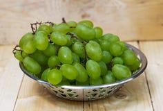 Raisins dans une cuvette en métal Photo libre de droits