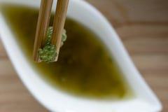 Raisins de mer ou sauce à caviar et épicée verte sur un plat blanc le plat en bois fait en bambou de style japonais image stock