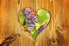 Raisins de vin rouge à un coeur Photos libres de droits