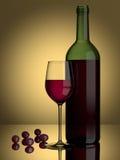 Raisins en verre de vin rouge Photographie stock libre de droits