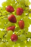 Raisins et fraises de table Images stock