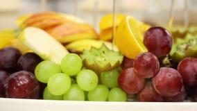 Raisins et fruit coupé sur une table de buffet banque de vidéos
