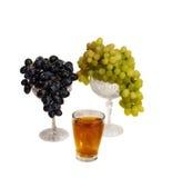 Raisins et jus de raisins d'isolement sur le blanc Image stock