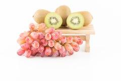 Raisins et kiwi de fruit frais Photos stock