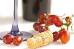 Raisins et liège avec du vin Image stock