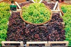 Raisins et panier Photo stock