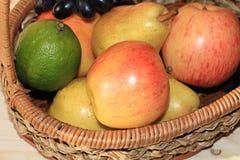 Raisins et pommes noirs juteux dans un panier sur la table images libres de droits